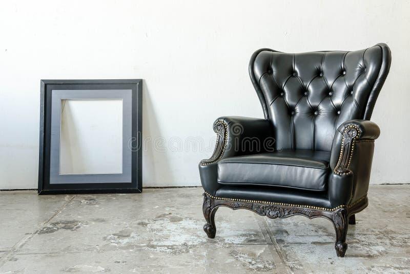Sofa classique noir de style de cuir véritable photos stock