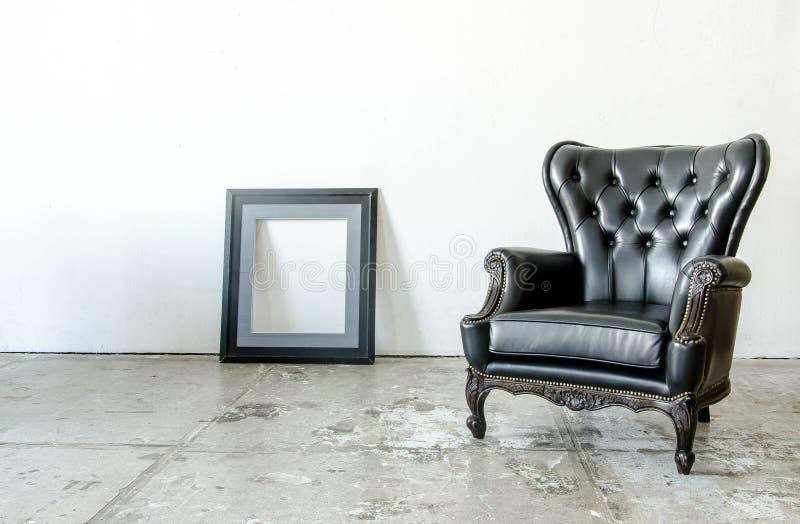 Sofa classique noir de style de cuir véritable dans la chambre de vintage images stock