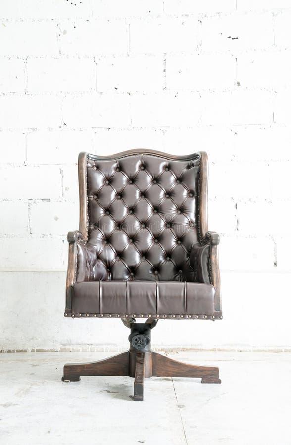 Sofa classique sombre de style de cuir véritable dans la chambre de vintage photographie stock