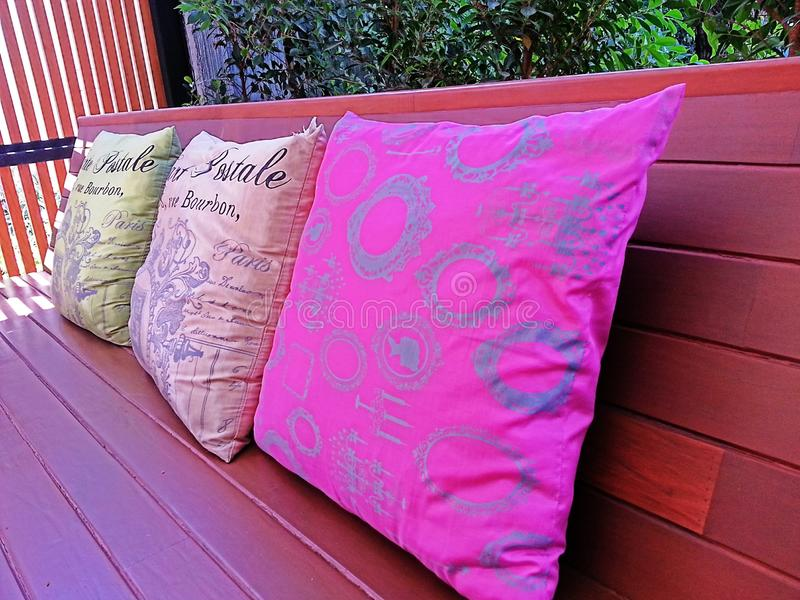 Sofa coloré d'oreiller photo libre de droits