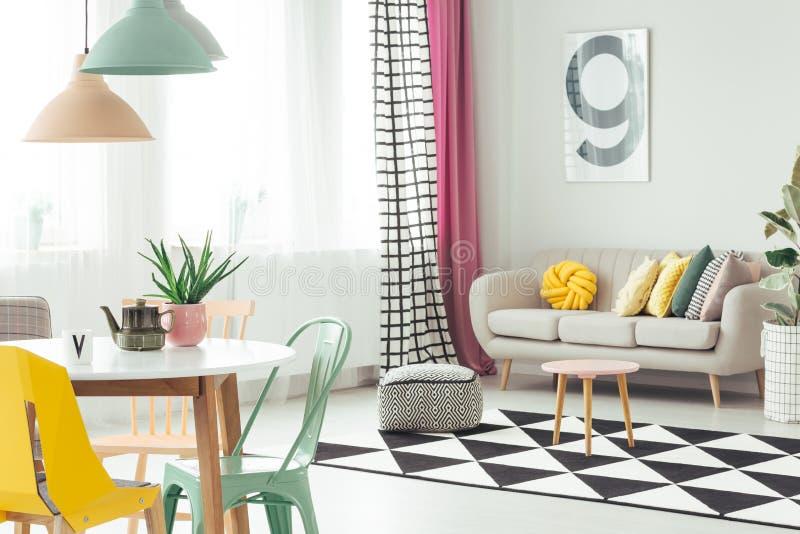 Sofa in comfortabel flatbinnenland royalty-vrije stock foto