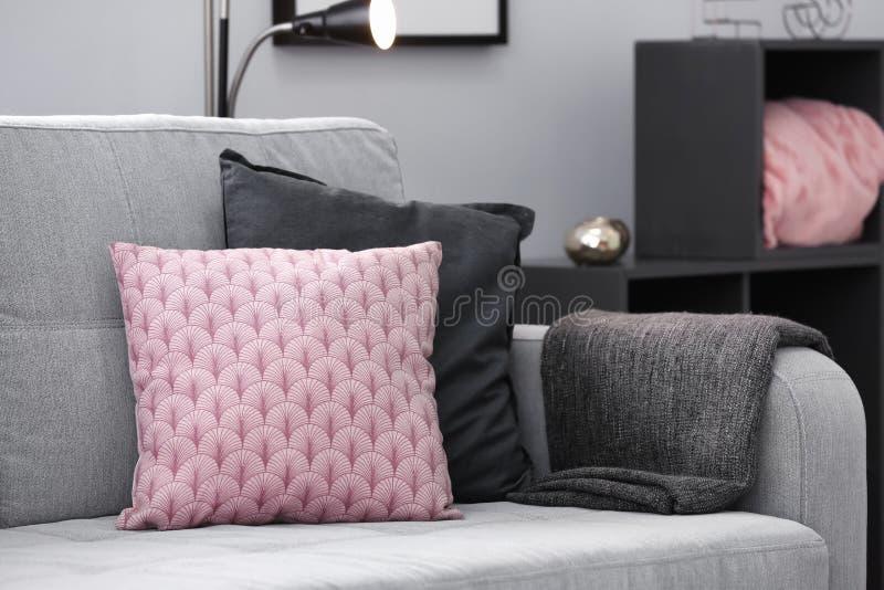 Sofa confortable avec des coussins photographie stock libre de droits