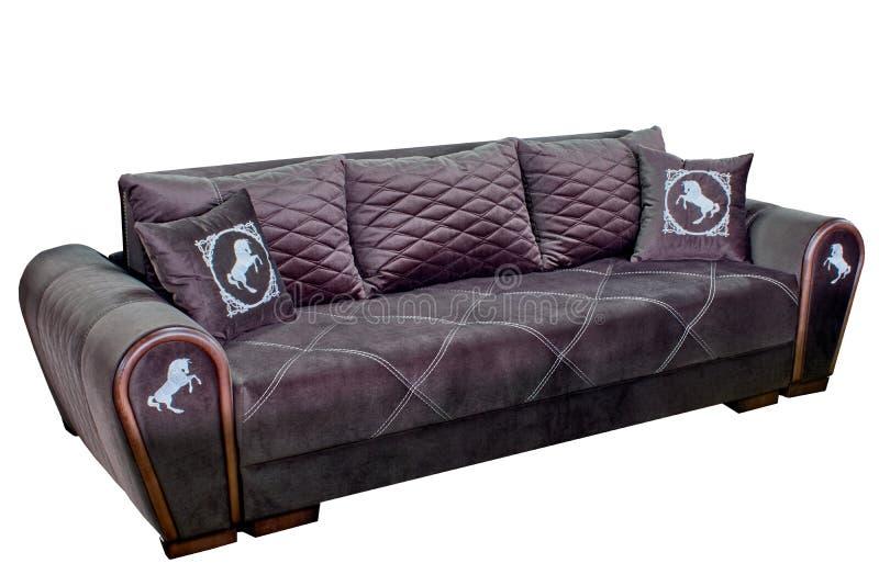 Sofa confortable triple dans la couleur de chocolat faite par le fil blanc avec des oreillers photos libres de droits