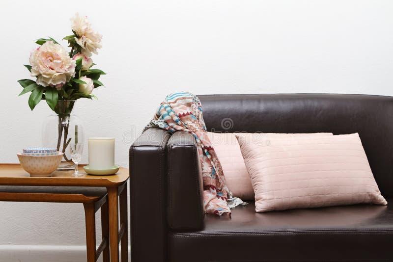 Sofa contemporain de salle de séjour image libre de droits