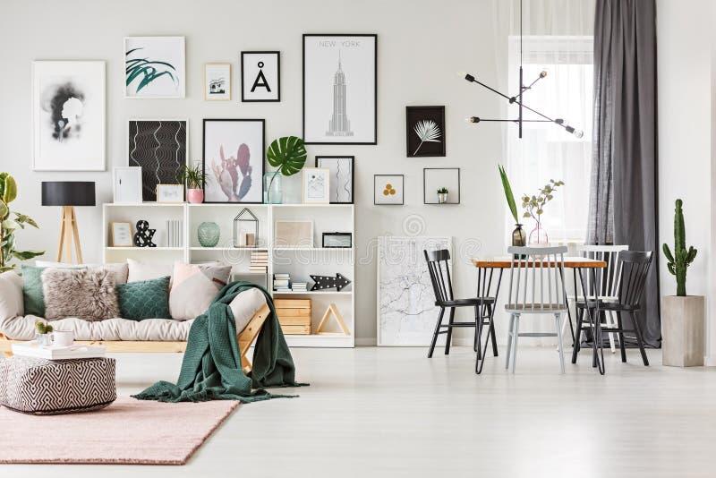 Sofa dans l'intérieur multifonctionnel photographie stock