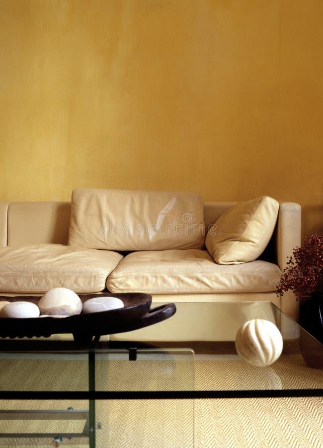Sofa dans la chambre de jour photo libre de droits