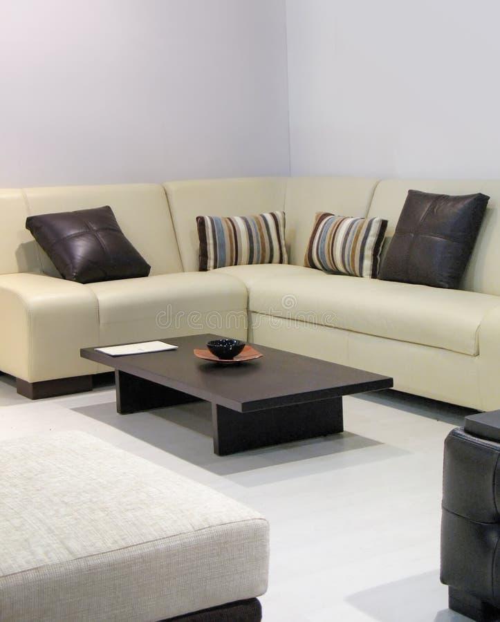 Sofa dans la chambre de reste images libres de droits