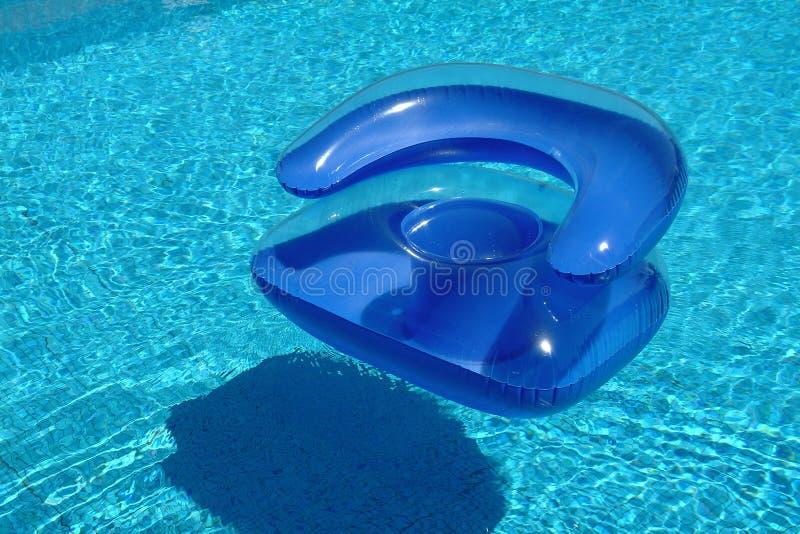 Sofa dans la piscine photo stock