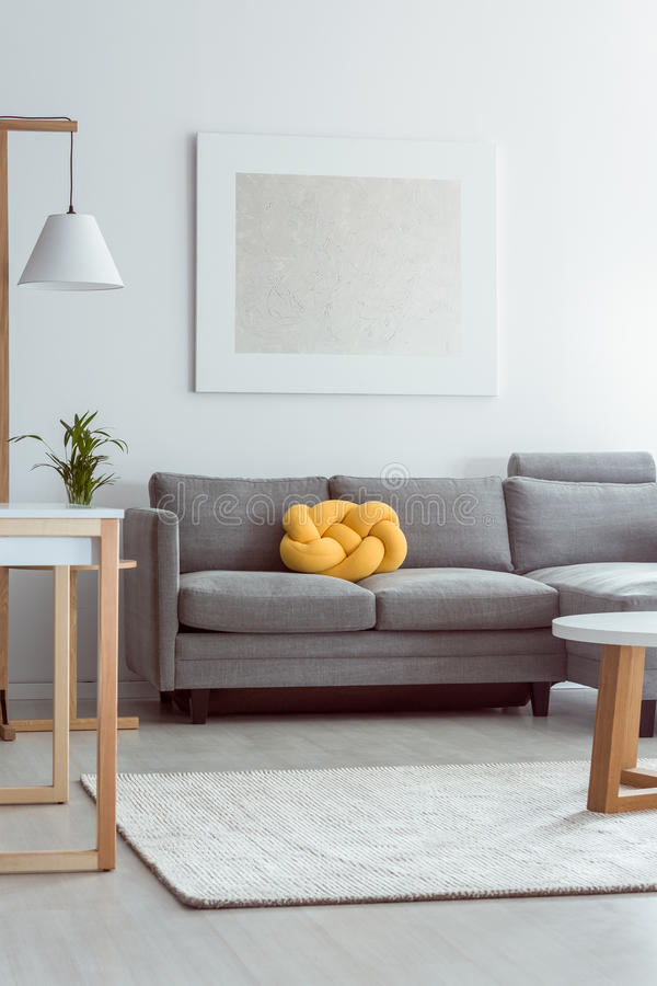 Sofa dans le salon confortable photographie stock