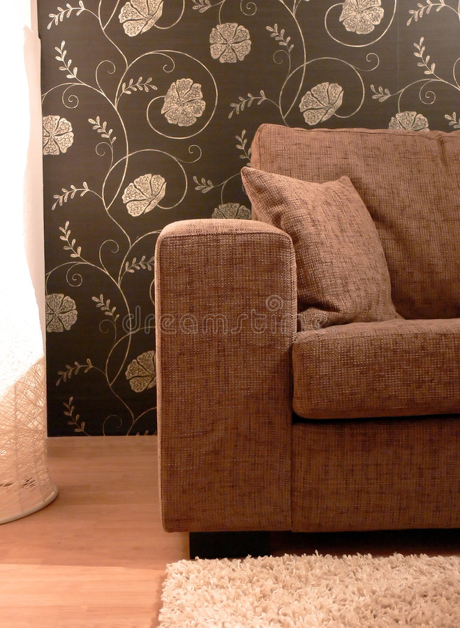 Sofa de Brown et papier de mur de fleur photo libre de droits