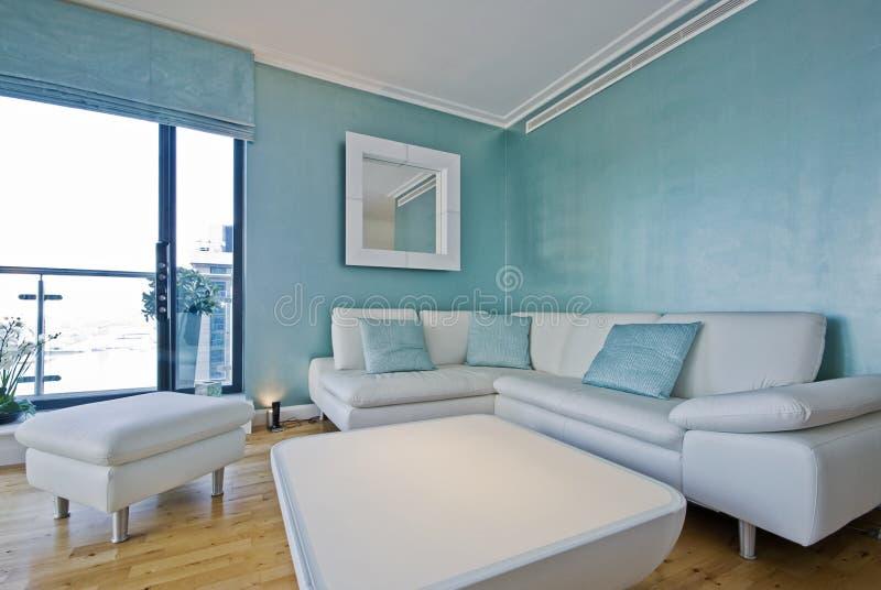 Sofa de coin de cuir blanc dans une vie contemporaine photos libres de droits