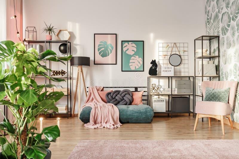 Sofa de concepteur dans le salon photos stock