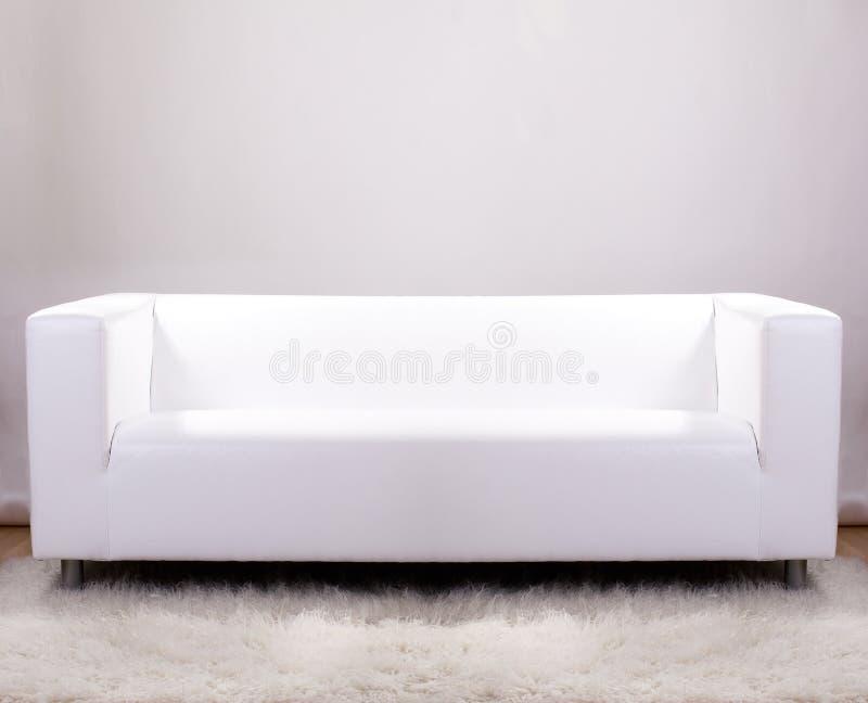 Sofa de cuir blanc images stock