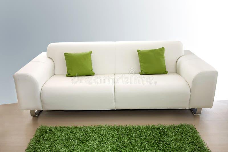 Sofa de cuir blanc photographie stock libre de droits