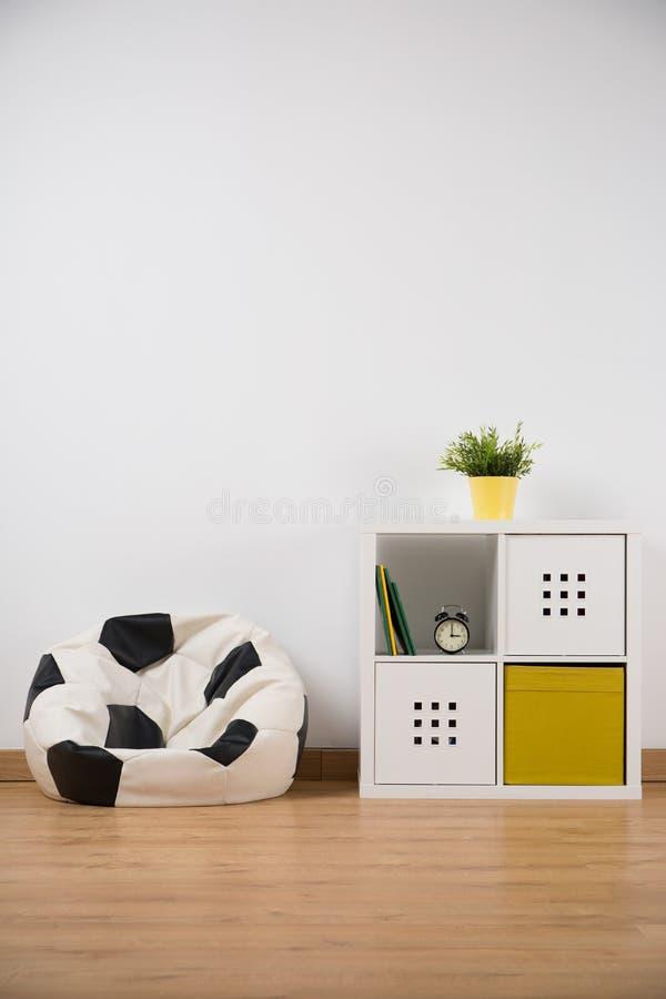 Sofa de forme de boule dans la chambre du garçon photo libre de droits