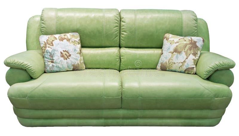 Sofa der grünen Olive mit Kissen Weiche kakifarbige Couch Klassischer Diwan auf lokalisiertem Hintergrund Ledernes Gewebepistazie stockfotos