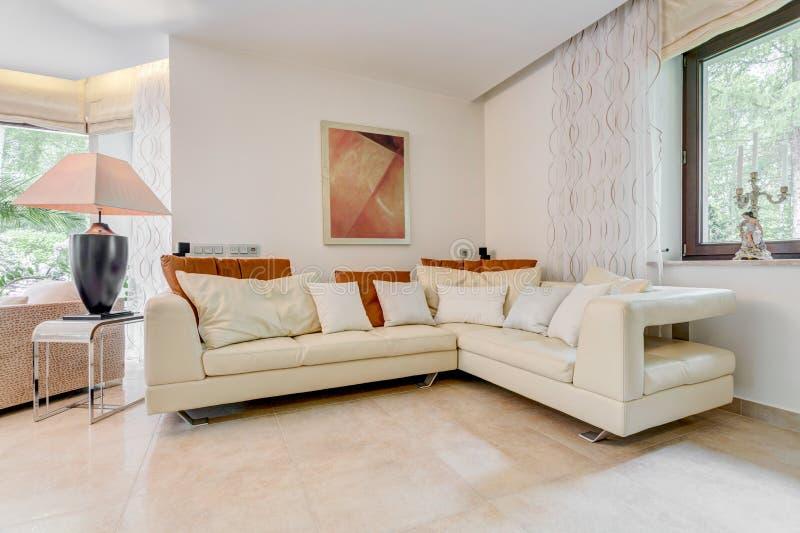 Sofa en cuir à angles élégant photo libre de droits