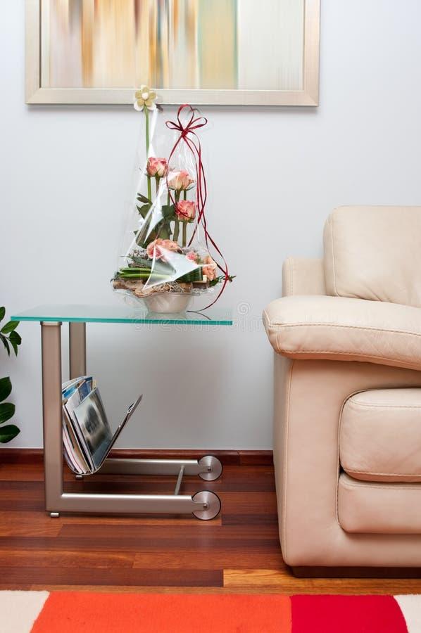 Sofa en cuir avec la fleur image stock