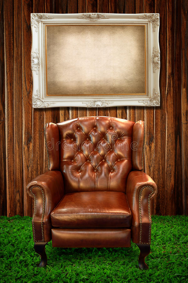 Sofa en cuir sur la trame d'herbe verte et de photo images stock