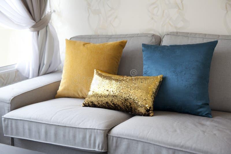 Sofa et coussin coloré photos stock