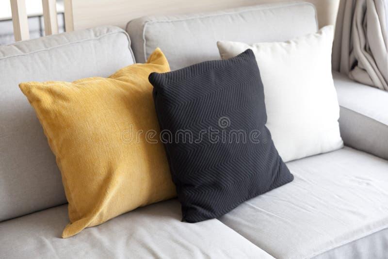 Sofa et coussin coloré photos libres de droits