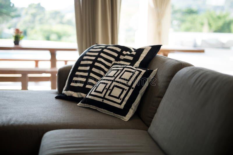 Sofa et coussin dans le salon photo stock