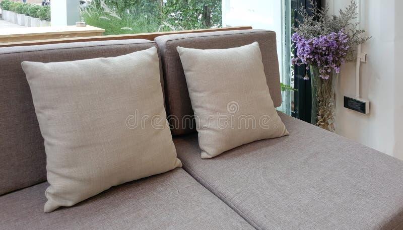 Sofa et coussin gris de tapisserie d'ameublement de tissu images stock