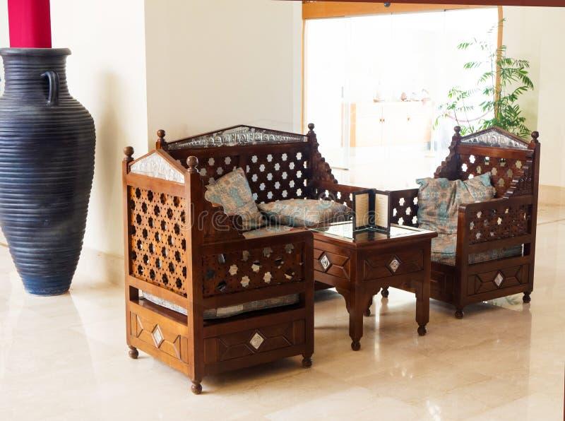 Sofa et fauteuils orientaux avec des coussins Places assises confortables images stock