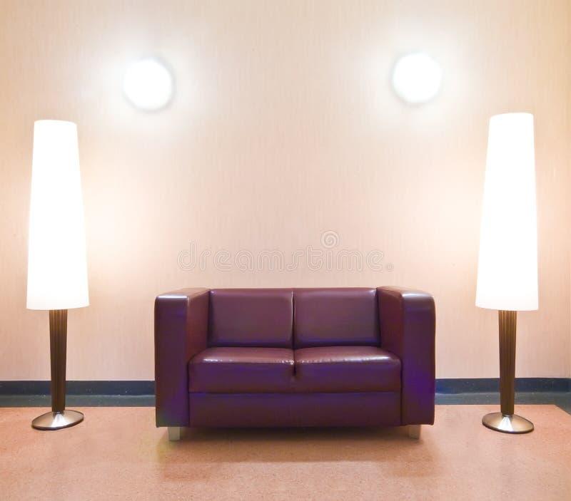 Sofa et lampes d'étage modernes images stock
