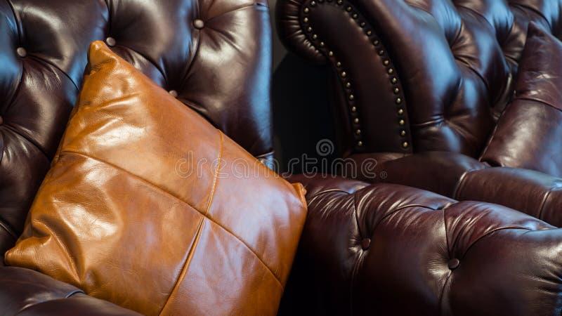 Download Sofa et oreillers en cuir photo stock. Image du fond - 56485640