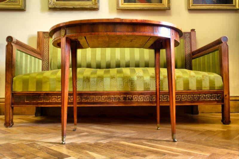 Sofa et table de vintage images libres de droits
