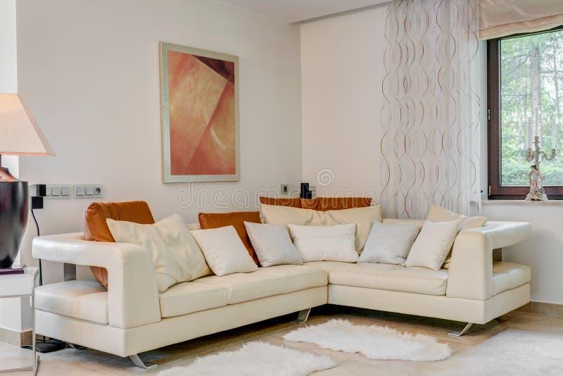 Sofa faisant le coin crème photo libre de droits