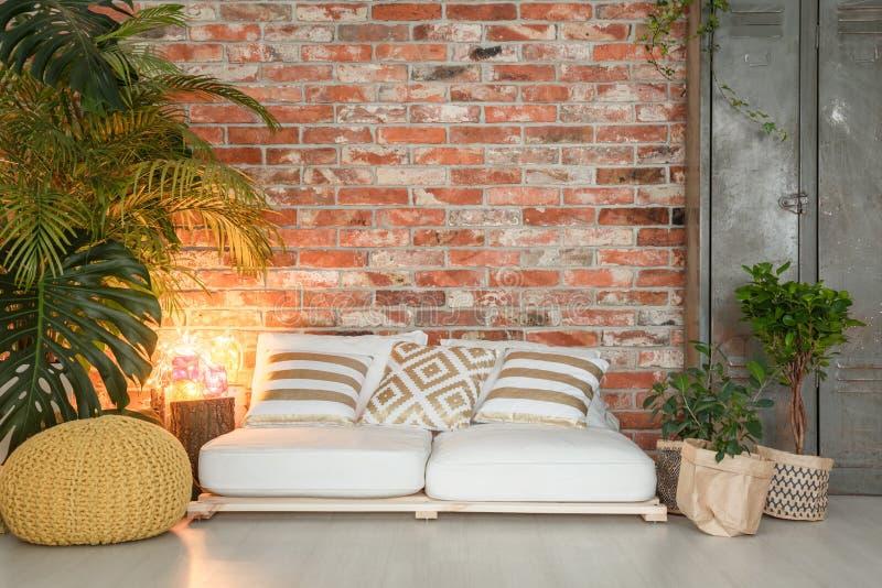 Sofa fait de palettes photographie stock libre de droits