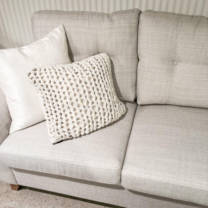 Sofa gris avec le coussin tricoté photo stock
