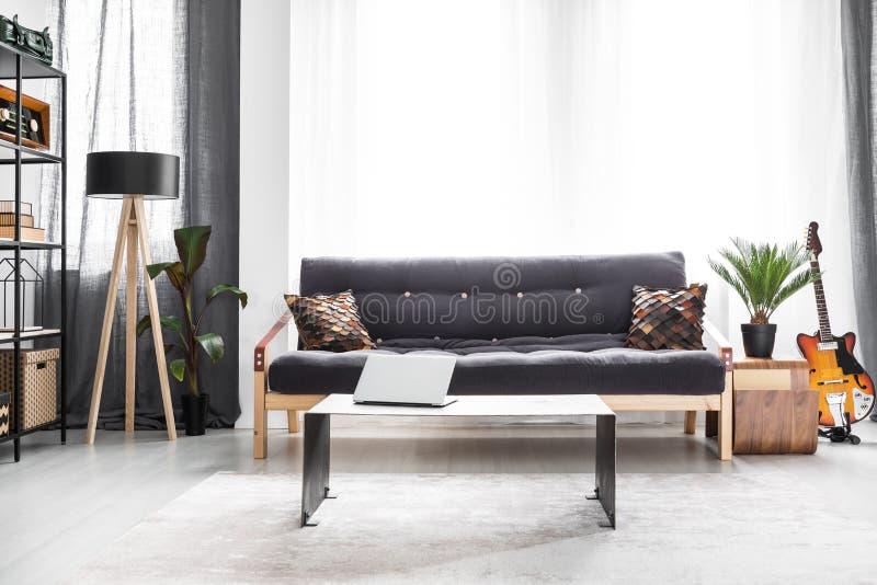 Sofa in heldere woonkamer stock foto