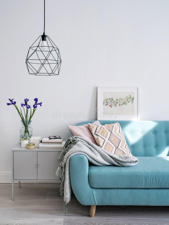 Sofa i vardagsrumet royaltyfria bilder