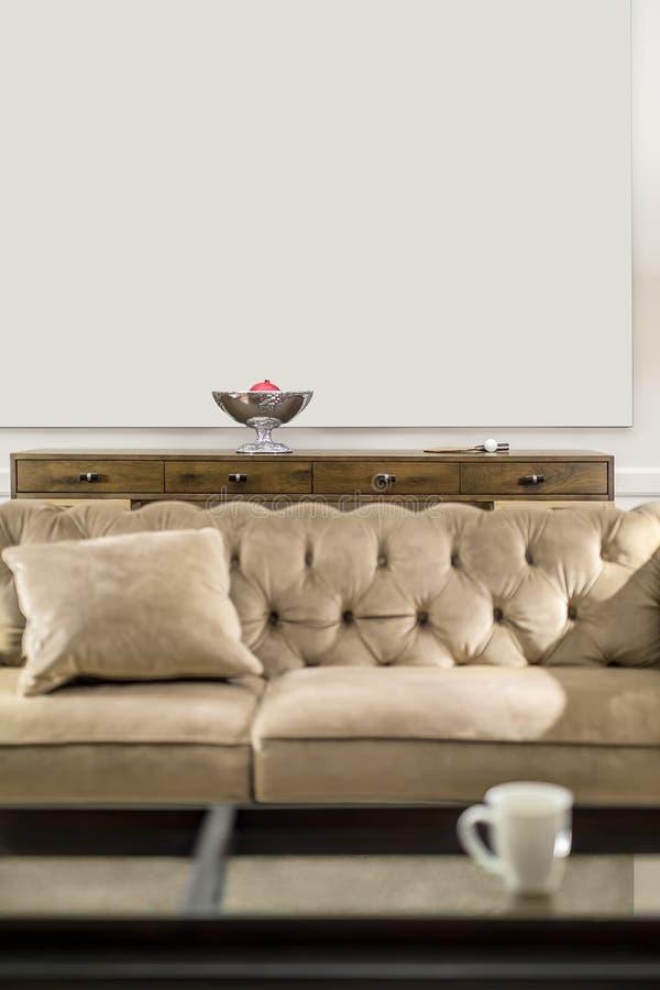 Sofa im leuchtenden Innenraum stockbilder