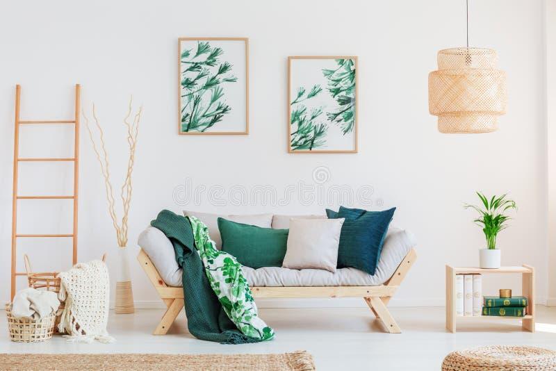 Sofa im neutralen Wohnzimmer lizenzfreies stockbild