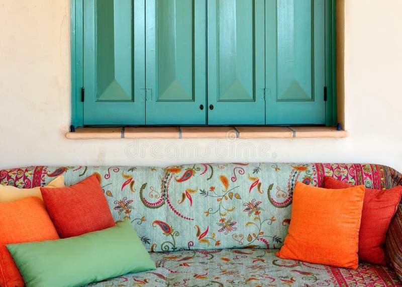 Sofa im Portal eines griechischen Inselhauses stockfoto