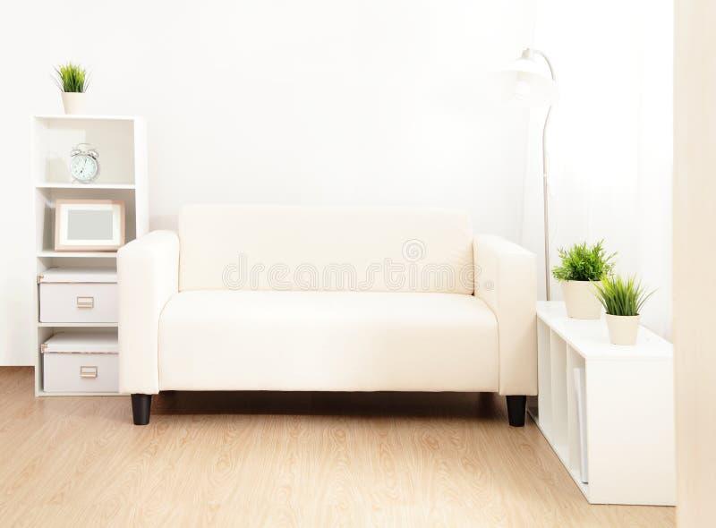 Sofa im Wohnzimmer lizenzfreie stockfotografie