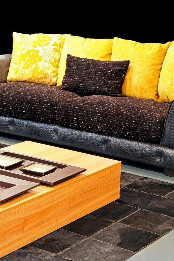 Sofa jaune images stock