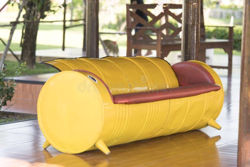 Sofa jaune fait de bidons à pétrole Recycled images libres de droits