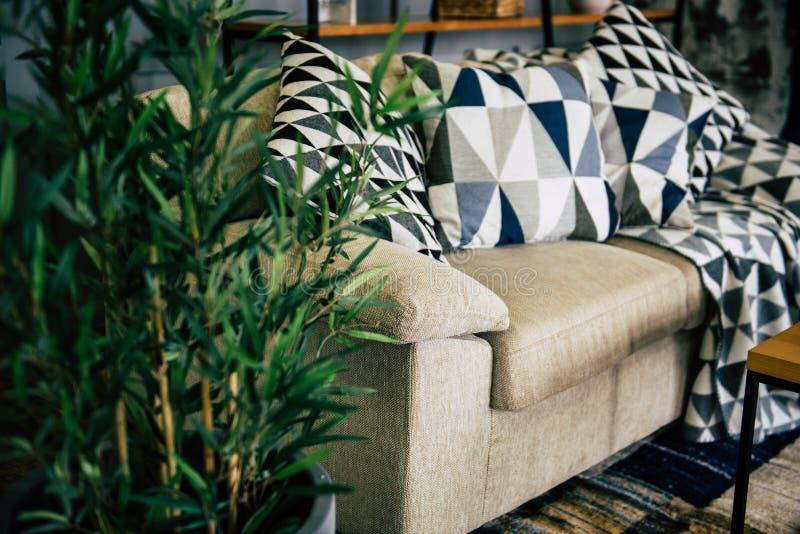 Sofa mit Kissen stockbilder