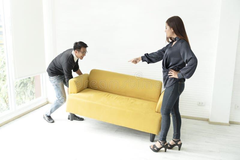 Sofa mobile de jeunes couples asiatiques dans la chambre à la nouvelle maison photo stock