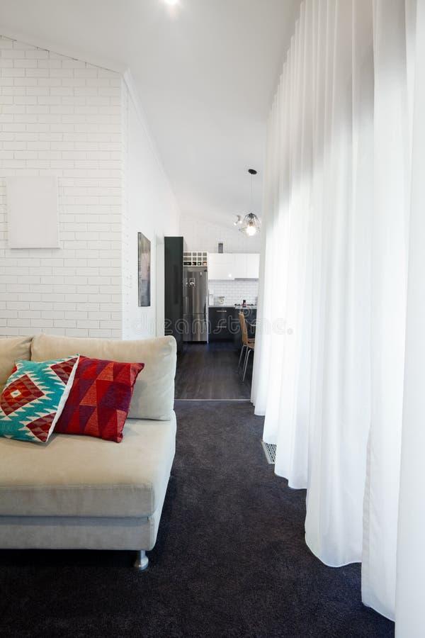 Sofa moderne de salon et rideaux purs image stock