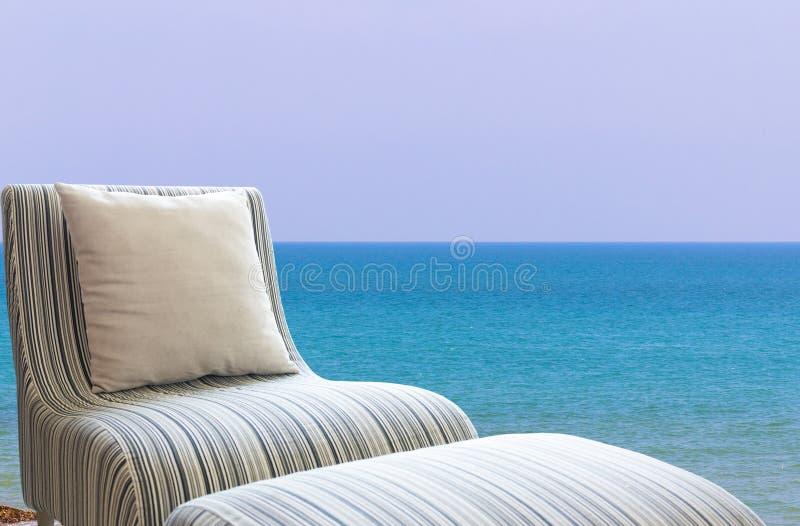 Sofa moderne sur la plage photographie stock libre de droits