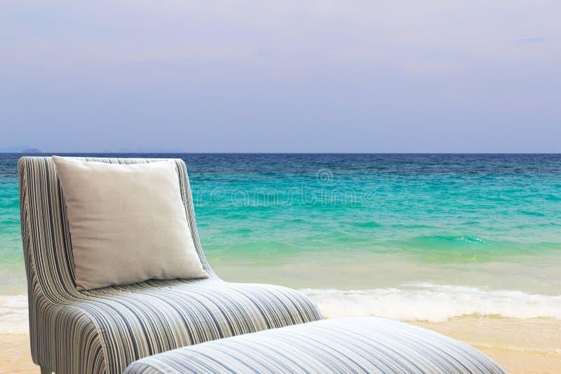Sofa moderne sur la plage photos stock