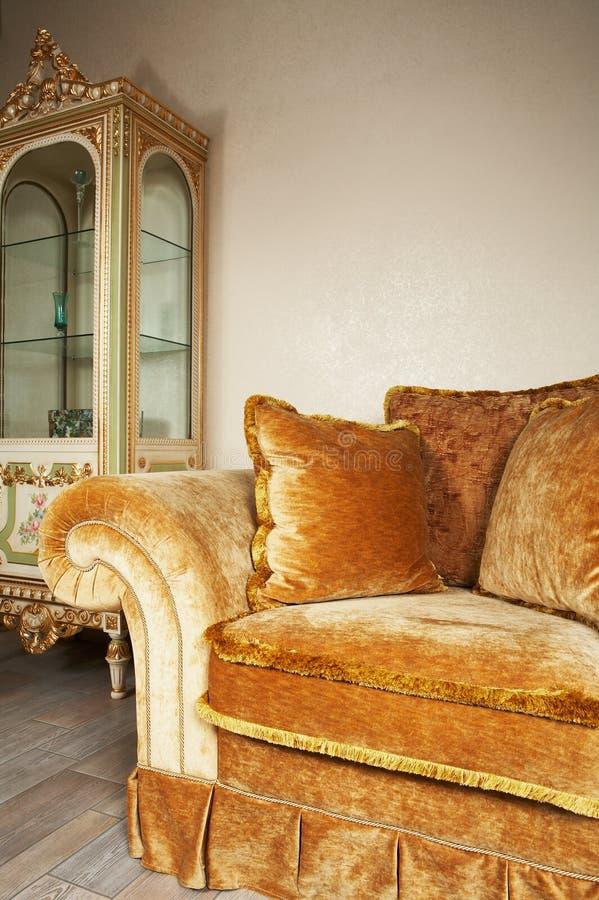 Sofa orange avec des oreillers photo stock