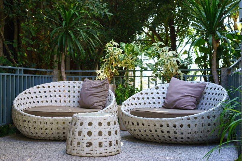 sofa ou causeuse moderne de jardin dans le jardin images stock
