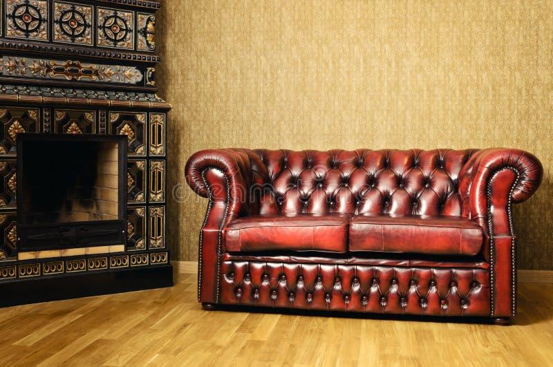Sofa près de la cheminée image libre de droits